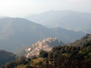LARBAA-NATH-IRATEN_village-kabyle_ph-LABBIZE-Abdelkhalek_2004-01.jpg